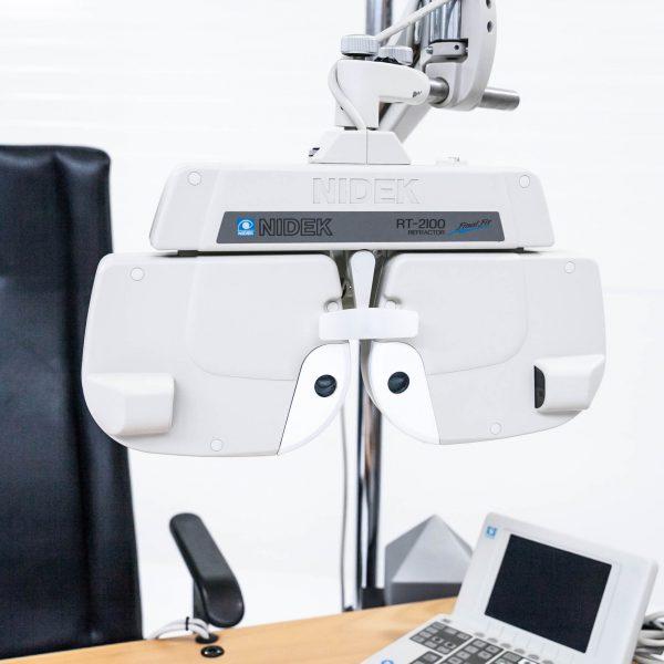Unit okulistyczny Nidek z foropterem, rzutnikiem oraz krzesłem regulowanym elektrycznie